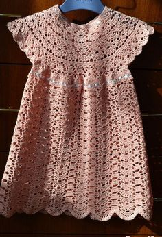 See what a beautiful crochet dress model. With patterns explaining this follow in yarn crochet. - Crochet Patterns