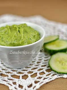 Zutaten: 1 reife Avocado 1 Knoblauchzehe 1 TL Zitronensaft 2 TL gehackte Petersilie Salz, Pfeffer Zubereitung: Die Avocado schälen, halbieren,...