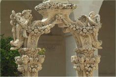 Lecce, Piazza duomo, Chiostro del Seminario, particolare del fregio barocco sul pozzo di S. Irene. #AriaLuxuryApulia