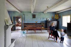 Marjatta Tapiola ja tuleva isäntä Luukas. Tuvan pöytä ja penkki, lamput sekä lipastot ovat aina olleet samoilla paikoilla.