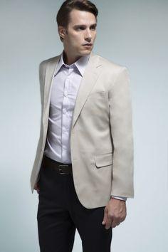 Camisa branca xadrez grid, blazer areia, calça chino marinho e cinto marrom em couro. Produção contemporânea, perfeita para um dia-a-dia que dispense costumes.