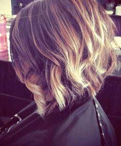 Afin de revisiter le carré plongeant, le coiffeur de cette femme a joliment bouclé les pointes des cheveux du dessus, laissant celles du des...