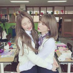 chaeyeon and sakura izone Kpop Girl Groups, Kpop Girls, Eyes On Me, Sakura Miyawaki, Fandom, Japanese Girl Group, Grunge Hair, Girls Generation, K Idols