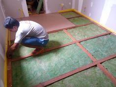 Construção de piso acústico flutuante, elevação de 10 cm, com acabamento final em piso laminado.