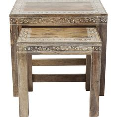 Der Beistelltisch der Serie Desert Queen besticht mit klaren Formen und orientalischem Charme. Filigrane, handgemalte Ornamente und Knöpfe zieren diesen Tisch. Mit der linearen Formensprache passt er in jedes moderne Ambiente.  Diese...