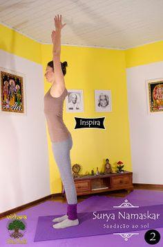 Urdhva Hastasana: Inspire alongando os braços acima e olhando levemente para o alto ou para as mãos.