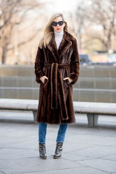 Vintage Furcoats A Heritage Mink Gets a Modern Makeover - Bazaar's style director takes us through her journey of remaking a treasured fur coat passed down to her by her mother. Manteau Vison, Fur Fashion, Winter Fashion, Style Fashion, Street Chic, Street Style, Mink Fur, Mantel, My Style