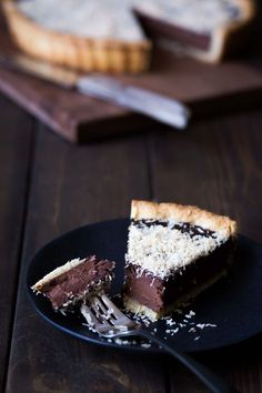 This chocolate tart with toasted coconut will certainly satisfy your sweet tooth! The combination of chocolate, coconut and sea salt is exactly what you need in a dessert. Tart Recipes, Dessert Recipes, Cupcakes, Toasted Coconut, Coconut Tart, Chocolate Recipes, Chocolate Tarts, Decadent Chocolate, Chocolate Cake
