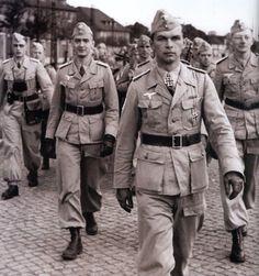 Fallschirmjäger Brigade Ramcke --- Oberleutnant Horst Trebes marcha con sus hombres en Hildesheim antes de partir a Africa, verano de 1942. Atrás a la izquierda se ve al Oberleutnant Joachim Grothe. Trebes murió el 29 de julio de 1944 cerca de St. Denys-le-Gast, Francia.