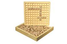 """Wörter legen. Ca. 145 Buchstabenwürfel bieten zahlreiche Wortlegemöglichkeiten. Ein Spiel bei dem Kreativität und Logik gefordert ist, denn die Wörter-Würfel müssen so gut wie möglich kombiniert werden, damit sie in das Einlegebrett """"passen"""". Auf diese Weise wird spielend das Alphabet gelernt und zudem die Phantasie angeregt."""