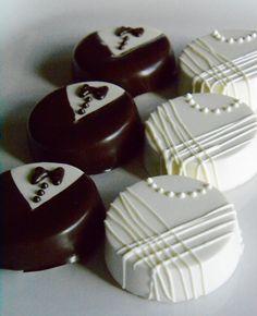 ¡Estos favores de la boda de Chocolate son perfectas para tus invitados de boda disfrutar! Había cubierto de galletas Oreo que se asemejan a una novia y el novio. Cada juego contiene 1 novia y 1 novio Chocolate Oreo. Cada Oreo de cubiertos Chocolate Set serán empaquetado en una