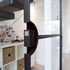 Binnenkijken bij Interieurproject gerealiseerd door De Rooy Metaaldesign & Osiris Hertman | Via online platform The Art of Living Online | Stalen Taatsdeuren | #stalendeuren #interiordesign #interiordesigner #homedecor #doors #steel #black #industrial