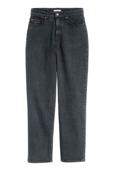 Jeans Mom : Jeans de 5 bolsos em ganga stretch lavada. Têm pernas afuniladas ligeiramente largas de altura pelo tornozelo e cintura alta.