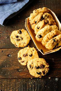 Łatwy przepis na kruche ciasteczka z dodatkiem owsianki, czekolady i suszonych borówek. Są idealnym dodatkiem do kawy czy herbaty.