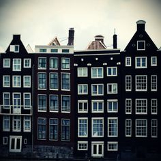 These typical Dutch mansions in Amsterdam are built in the time of the VOC, so the buildings are dated from 1602!