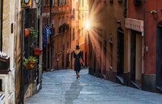 Una ragazza in giro per la città vecchia di Genova, oggi