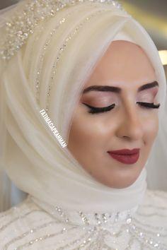 Dilamed gelinbasi gelinsaci braut hochzeitskleid hijab turban hijab hijabstyle hi . Muslim Wedding Gown, Hijabi Wedding, Wedding Hijab Styles, Muslimah Wedding Dress, Disney Wedding Dresses, Muslim Brides, Pakistani Wedding Dresses, Bridal Dresses, Muslim Girls