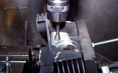 【No.15】 タップまでできましたので穴の縁を滑らかにします。(専門用語はCを取るです。) Next→No.16 #motorcycle #harley #evo #repair #head #screw #bolt #バイク #ハーレー #エボ #修理 #ヘッド #ネジ #ボルト