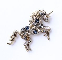 This unicorn brooch in antique gold setting and measures x This beautiful unicorn broach jewelry can be added to your Real Unicorn, Unicorn Art, Pegasus, Party Unicorn, Unicorn Jewelry, Beautiful Unicorn, Unicorns And Mermaids, Unicorn Crafts, Gold Set