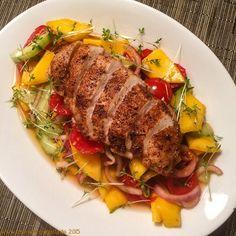 Würzige Hähnchenbrust auf fruchtig-scharfem Salat - chicken breast on hot salad