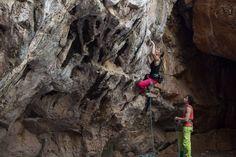 טיפוס במערת נזר  מטפסת: מיקי מריינפלד צילום: קולט מק'אנרני