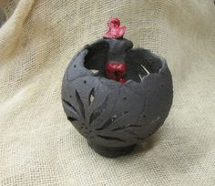 Photophore grosse boule noire brute et lutin rouge.