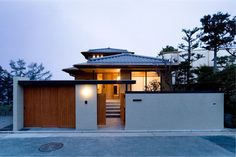 Discover recipes, home ideas, style inspiration and other ideas to try. Japanese Home Design, Japanese Style House, Traditional Japanese House, Japanese Modern, Japan Modern House, Modern Tropical House, Modern House Design, Modern Houses, Asian Architecture