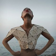 Prototype Triangle Numéro 1 wooden T-shirt by Pauline Marcombe Wood used in fashion, i love the use of alternative materials within fashion. Origami Fashion, 3d Fashion, High Fashion, Fashion Show, Fashion Design, Fashion Trends, Fashion Details, Style Fashion, Mode Origami
