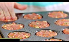 She fills a muffin pan with ground beef: her receip .- She fills a muffin pan with ground beef: her easy recipe is exquisite! Quick Recipes, Easy Healthy Recipes, Easy Dinner Recipes, Beef Recipes, Easy Meals, Cooking Recipes, Mini Meatloaf Recipes, Moussaka, Batch Cooking