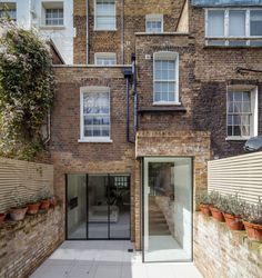 Chelsea Town House is a residence created by Moxon Architects and located in Chelsea, London, England. The home has a charming brick facade and an interior Architecture Extension, Architecture Résidentielle, Extension Veranda, Glass Extension, Extension Ideas, Brick Extension, Extension Google, Design Exterior, Interior Exterior