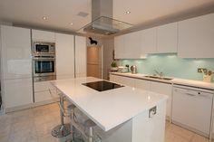 White island kitchen with white compact quartz worktop in Absolut Blanc Compac Quartz #whitequartz