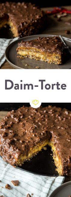 Die schwedischen Bonbons mit Karamell und Schokolade sind so schon lecker, aber jetzt verwandeln wir die kleinen Leckereien in eine große: Eine Daim-Torte. Daim Cake, Torte Au Chocolat, No Bake Desserts, Dessert Recipes, Baking Desserts, Baking Recipes, Cookie Recipes, Food Cakes, Chocolate Desserts