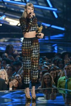 Taylor at the 2015 MTV Video Music Awards wearing an Ashish crop top and pants, Giuseppe Zanotti pumps, Lorraine Schwartz earrings, and Ofira rings. Taylor Swift Web, Taylor Swift Style, Taylor Swift Pictures, Taylor Alison Swift, Mtv Video Music Award, Music Awards, Ethel Kennedy, Golden Dress, Swift Photo