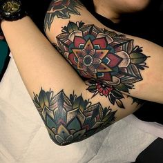 awesome Geometric Tattoo - Tatouage hirondelle old school tatouage rock n roll Neue Tattoos, Body Art Tattoos, Tatoos, Woman Tattoos, Trendy Tattoos, Tattoos For Women, Old Style Tattoos, Tatoo Styles, Vintage Tattoos