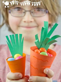 CUTE CARROT EASTER BASKETS - Great for Easter egg hunts and gifts. An easy Easter craft / carrot craft for kids. (Free Printable)