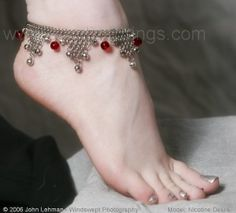 Anklets are traditional Indian jewellery called Payal - I can't wear anklets, but I do like seeing them on pretty legs and younger girls, esp. Ankle Jewelry, Cute Jewelry, Bridal Jewelry, Unique Jewelry, Ethnic Jewelry, Indian Jewelry, Anklet Bracelet, Bracelets, Anklet Designs