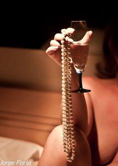 Antonius elkápráztatása céljából Cleopatra egy vagyont érő gyöngyöt oldott fel egy pohár ecetben, amit egy hajtásra kiivott, ezzel bizonyítván mérhetetlen gazdagságát.
