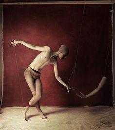 Fredrik Ödman è un fotografo nato a Ängelholm (Svezia), che mescola la fotografia con altre tecniche artistiche per ottenere immagini sinistre, fantastiche e surreali. Attraverso uno stile pittorico a volte oscuro, a volte divertente e a volte spaventoso, il fotografo svedese porta lo spettatore in un viaggio al confine tra sogno e realtà.