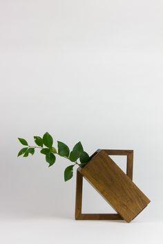 SCULPTURAL WOOD VASE House Plants Decor, Plant Decor, Wooden Projects, Wood Crafts, Wood Vase, Wood Wood, Diy Wood, Wooden Plant Stands, Garden Deco