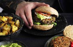 Sagen er bøf. Ris, champignoner og bønner er hovedbestanddelene i burgerbøfferne. Spis dem med dit grønne yndlingsburgertilbehør. Foto: Jesper Glyrskov