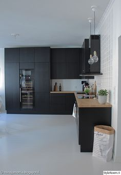 keittiö,musta keittiö,avokeittiö,keittiön sisustus,viinikaappi,keittiön valaisimet Dyi Kitchen Ideas, Home Decor Kitchen, Kitchen Interior, New Kitchen, Home Interior Design, Kitchen Dining, Black Kitchens, Home Kitchens, French Home Decor