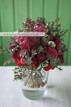 Свадебный букет из красных пионовидных роз с протеей, зеленью эвкалипта и композиции для оформления ресторана