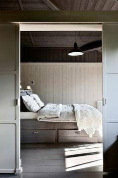 Une chambre de lambris toute en gris