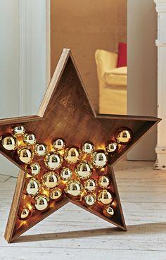 Der schöne Dekostern aus Holz ist mit Weihnachtskugeln und einer LED Lichterkette gefällt, die, im Zusammenspiel mit den glänzenden Kugeln, tolle Lichteffekte erzeugt.