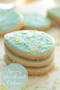 cThese delicious Spring Shortbread Cookies are crisp, buttery and have a simple decorating technique that's fun to do with kids! Shortbread Cookies, Sugar Cookies, Cookies Et Biscuits, No Bake Cookies, Cooking Cookies, Yummy Cookies, Easter Recipes, Dessert Recipes, Easter Ideas