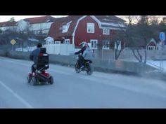 Opa amuseert zich met elektrische scooter
