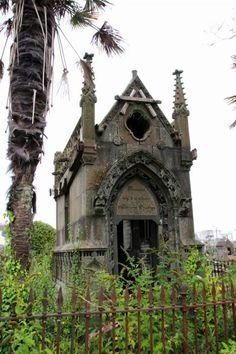 brest-friedhof-verfallenes-mausoleum-7 Recoleta Cemetery, Highgate Cemetery, Cemetery Dance, Cemetery Art, Julius Caesar, Gardens Of Stone, Future City, Cemetery Monuments, Luxor
