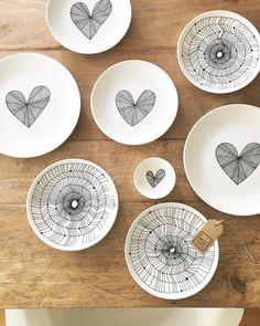 ceramics with hearts Ceramic Cafe, Ceramic Plates, Pottery Painting, Ceramic Painting, Pottery Mugs, Ceramic Pottery, Crackpot Café, Sharpie Art, White Clay