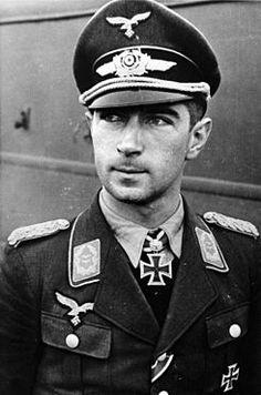 """Werner Mölders (Oberst). 18/03/1913-22/11/1941. Era conocido por su fuerte carácter y sus subordinados le apodaban Vati («Papi») por su actitud paternal; era además una persona muy creyente que exigía que los pilotos enemigos que eran capturados por todos los que estaban bajo su mando fueran tratados de manera adecuada. """"Era un táctico maravilloso. Tenía mucho ingenio y una gran personalidad. Era el hombre con principios más elevados de cuantos he conocido"""".Günther Rall"""