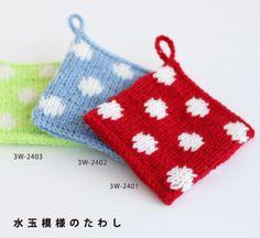 水玉がかわいい! 使いやすい四角のタイプで、柄も複雑ではないので編み物初心者さんには優しいアクリルたわしです。